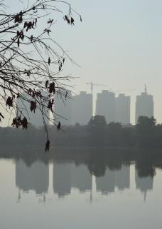 雾霾中的高楼图片