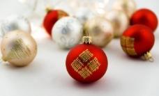 柔和圣诞球背景图片