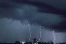 闪电风暴图片