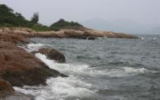 浪打礁石图片