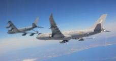 飞行中的客机图片