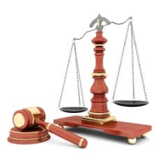 天平秤和法官锤图片